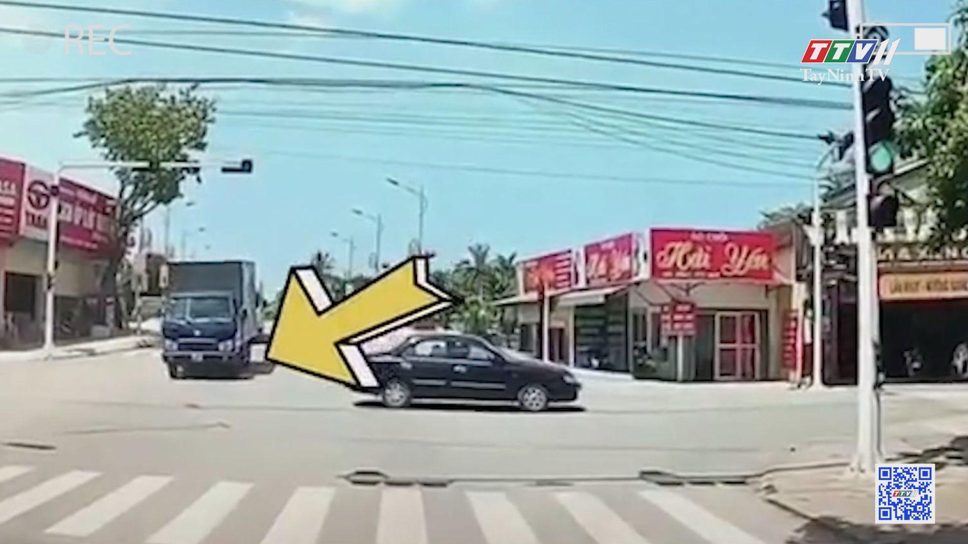 TayNinhTV | VĂN HÓA GIAO THÔNG | Tài xế thản nhiên lùi xe giữa ngã tư, suýt gây va chạm