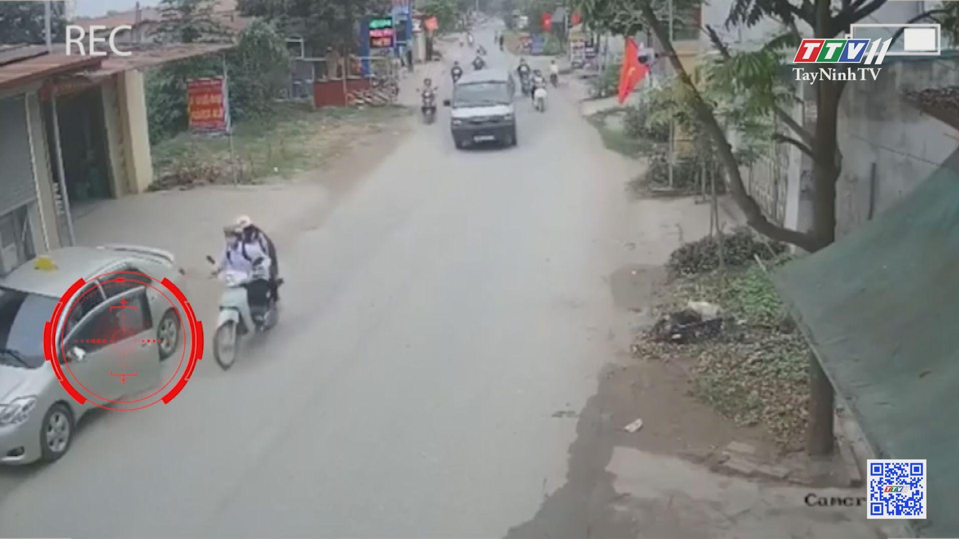 TayNinhTV | VĂN HÓA GIAO THÔNG | Mở cửa ô tô không quan sát, tài xế gây tai nạn liên hoàn